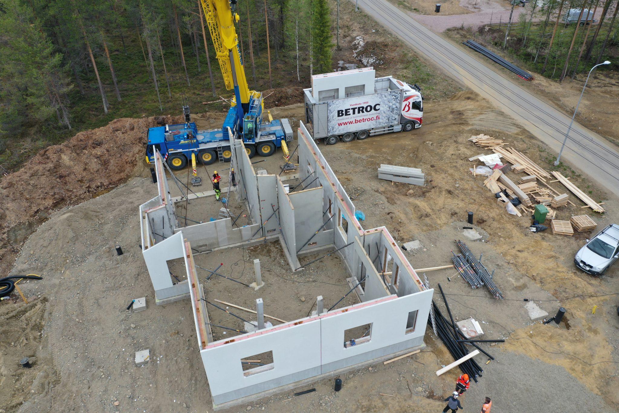 Kivitalon pystyttäminen betonielementeillä